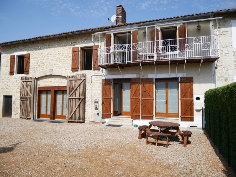 Beautiful 5 Bedroom House, Benest, France