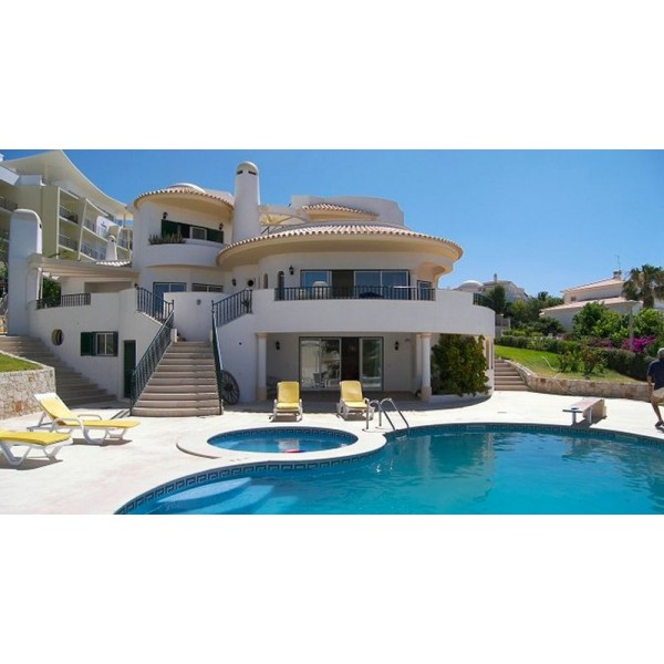 3 Bedroom Villa Near Albufeira Marina With Sea Views
